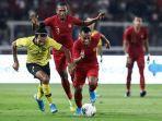 pemain-timnas-indonesia-yustinus-paew-berebut-bola-dengan-pemain-timnas-malaysia.jpg