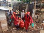 petugas-evakuasi-mayat-yang-ditemukan-di-tumpukan-sampah-di-kolong-jembatan.jpg