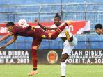 striker-borneo-fc-samarinda-guy-junior-berebut-bola-dengan-bek-psm-makassar-hasyim-kipuw.jpg