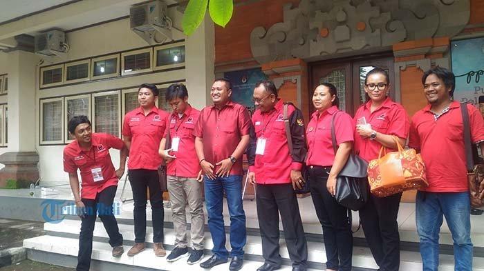 Tim Paslon AMAN Mengaku Menang 65 Persen di Gianyar, Suasana Markas Kedua Cabup Kontras