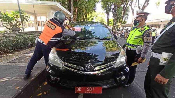 Mobil Plat Merah Parkir Sembarangan di Badan Jalandi Denpasar, 42 Kendaraan Ditindak