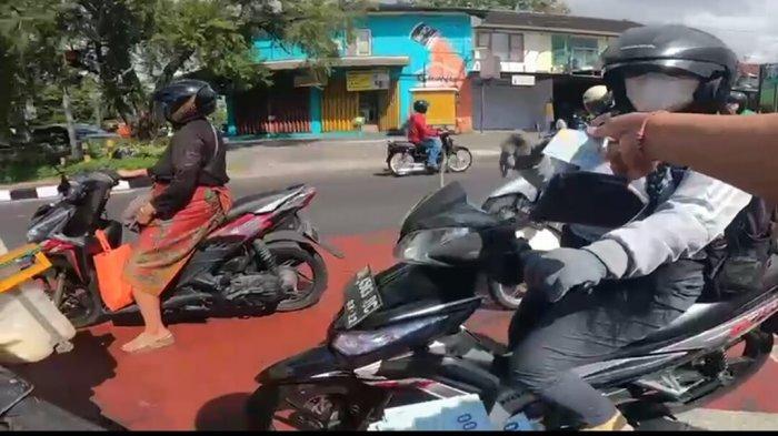 Aksi Sosial di Masa PPKM Darurat, Youtuber Asal Bali Ini Bagi-bagikan Uang di Jalanan Kota Denpasar