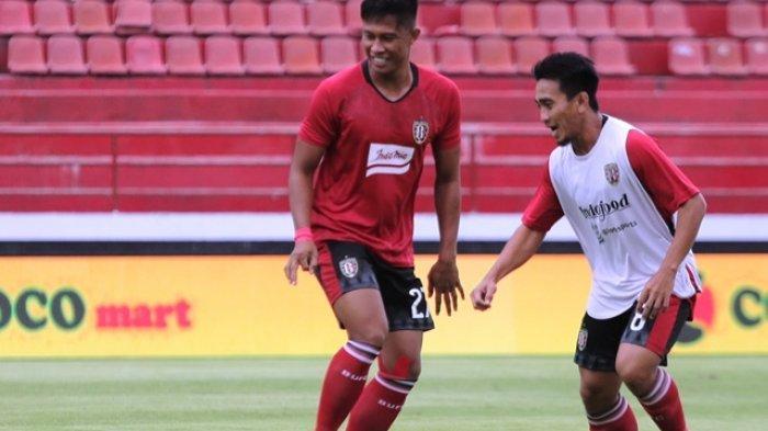 Bek Bali United Agus Nova melakukan pemanasan menjelang uji coba melawan Persela Lamongan di Stadion Kapten I Wayan Dipta, Gianyar beberapa waktu lalu.