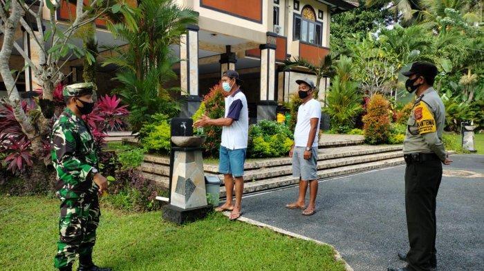 Sinergitas Aparat TNI - Polri di Bali Kawal Warga Patuhi Prokes Dalam Penyaluran BLT Dana Desa