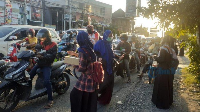 Bulan Ramadhan, ACT Cabang Bali & Hijabersmom Community Melakukan Aksi Bagi-bagi Takjil di Denpasar