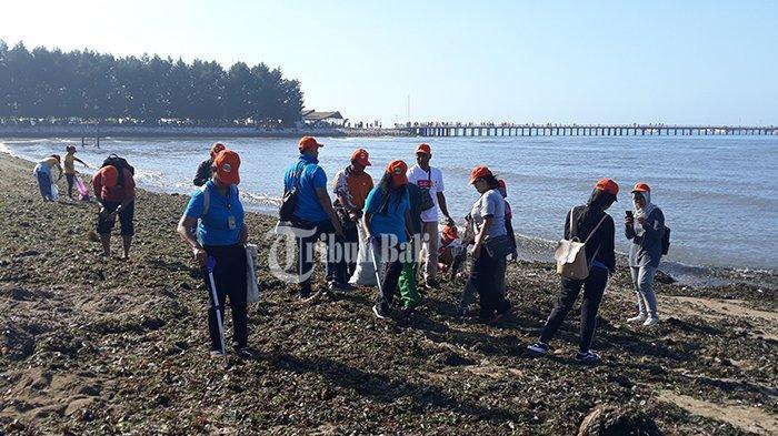 Peringati Hari Bumi dengan Bersih Pantai Sepanjang 1 Km