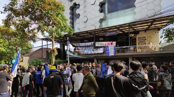 Aksi unjuk rasa suporter dan berbagai spanduk yang dipasang di Graha Persib saat bobotoh melakukan aksi hari Minggu 10 Oktober 2021.