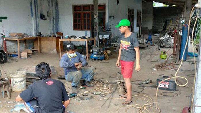 Kisah Bocah SD Putu Sandi Pilih Bekerja Serabutan agar Mendapat Penghasilan Bantu Sang Ibu