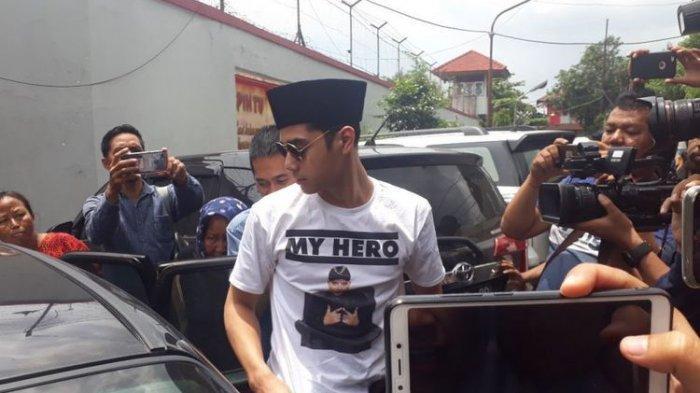 Al Ghazali Akhirnya Datangi Rutan Medaeng Dengan Kopiah Dan T-Shirt 'My Hero'