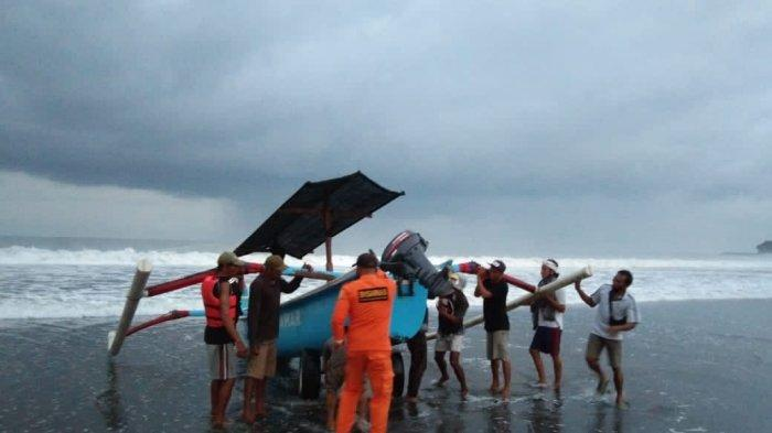 Alami Mati Mesin Seorang Nelayan Terombang-ambing diLautan Jembrana, Tim SAR Lakukan Evakuasi