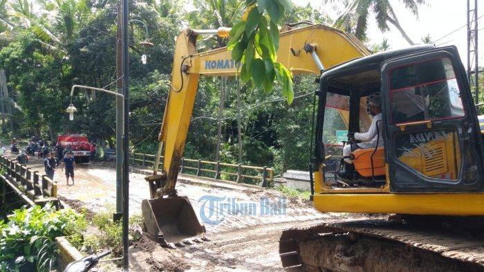 Aspal Jembatan Saba - Sukawati Gianyar Tertutup Lumpur, Lalu Lintas Terhambat