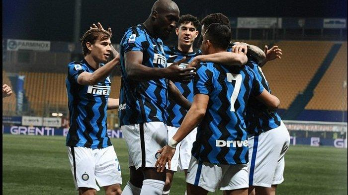 Alexis Sanchez, Romelu Lukaku dan pemain Inter Milan lainnya merayakan selebrasi setelah membobol gawang Parma pada lanjutan Liga Italia pekan 25, Jumat (5/3/2021).
