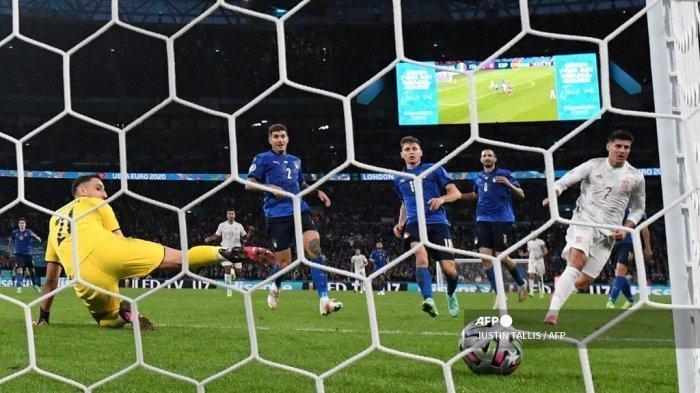Pemain depan Spanyol Alvaro Morata (kanan) mencetak gol penyeimbang melewati kiper Italia Gianluigi Donnarumma (kiri) selama pertandingan sepak bola semifinal UEFA EURO 2020 antara Italia dan Spanyol di Stadion Wembley di London pada 6 Juli 2021.