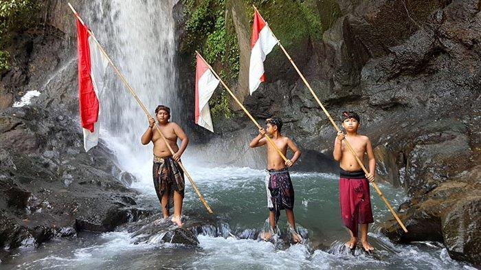 Anak-anak Rayakan HUT Kemerdekaan RI ke-76 di Taman Sari Waterfall