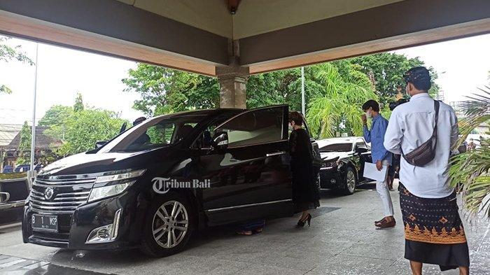 BREAKING NEWS: Dewi Soekarno Jemput Jenazah Menantunya Frits Frederik di RSUD Bali Mandara