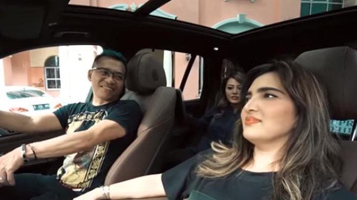 Anang dan Ashanty mendapatkan hadiah sebuah mobil dari Aurel dan Azriel.