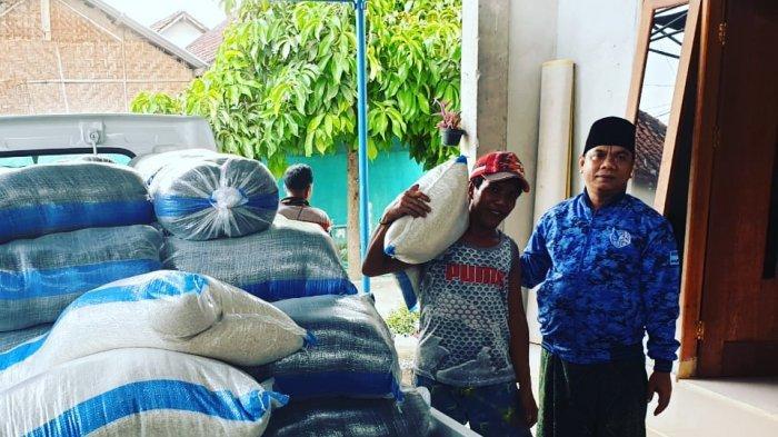 Peduli Dampak Corona, Anggota DPRD Lombok Barat IJU Bagi-bagi Sembako