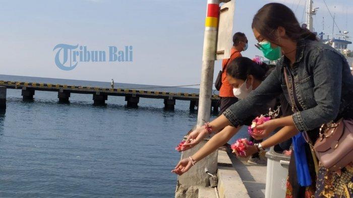 Pemuda Hindu Tabur Bunga di Celukan Bawang Buleleng, Untuk Para Korban KRI Nanggala-402