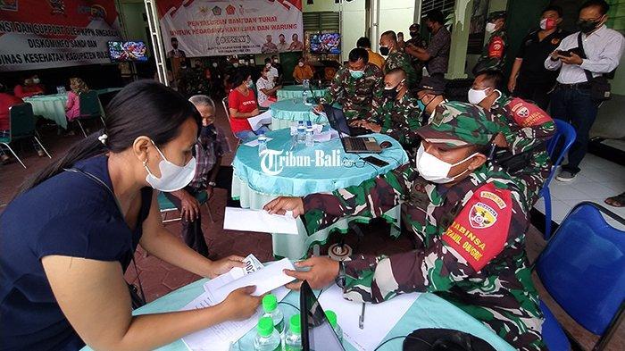 TNI Salurkan Bantuan Tunai untuk 3.500 Pedagang Warung dan Kaki Lima di Buleleng
