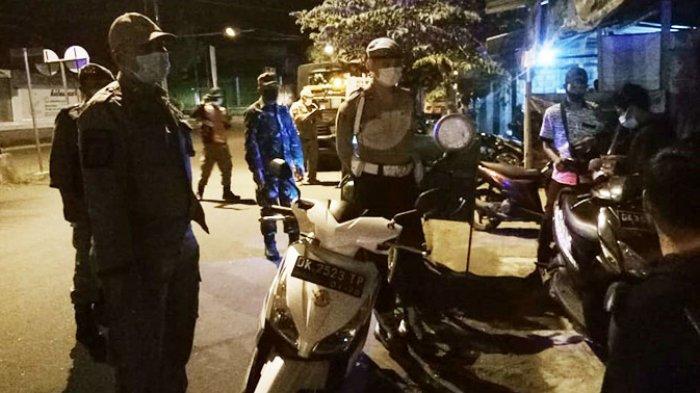 Anggota Polres Karangasem Gelar Patroli Sembari Salurkan Sembako ke Pedagang Kaki Lima