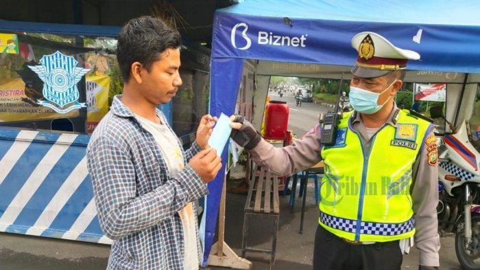 Ikut Cegah Penularan Covid-19, Satlantas Polres Badung Terus Gelar Bagi-bagi Masker dan Sembako