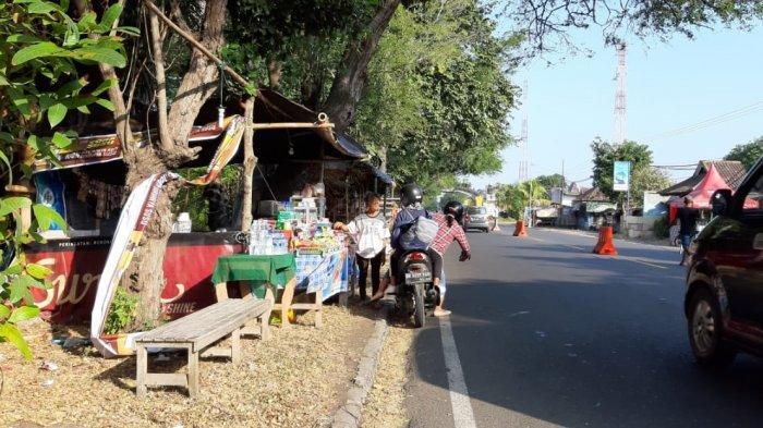 Puluhan Pedagang Manfaatkan Arus Mudik dan Balik untuk Berjualan Sepanjang Jalan Gilimanuk