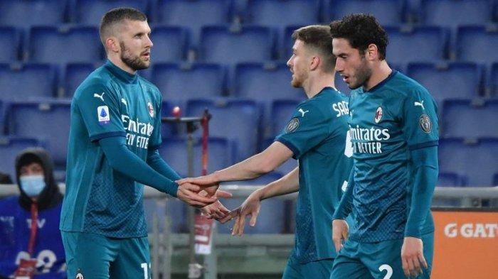 Davide Calabria (paling kanan) merayakan gol bersama Ante Rebic dan Alexis Saelemaekers dalam laga AS Roma vs AC Milan pada pekan ke-24 Liga Italia Serie A 2020-2021 yang digelar di Stadion Olimpico, Minggu, 28 Februari 2021 malam waktu setempat.