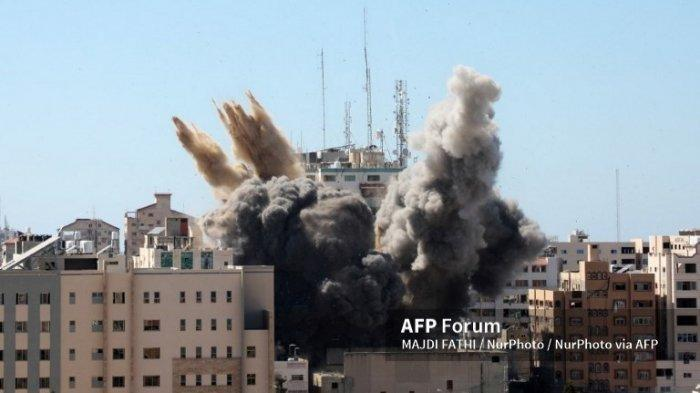 Asap tebal membubung dari Menara Jala saat dihancurkan dalam serangan udara Israel di kota Gaza yang dikendalikan oleh gerakan Hamas Palestina, pada 15 Mei 2021. Angkatan udara Israel menargetkan Menara Jala 13 lantai yang menampung media Al-Jazeera yang berbasis di Qatar dan kantor berita Associated Press.