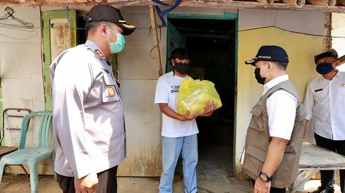 ASN Banyuwangi Gotong Royong Bagikan Ribuan Paket Sembako