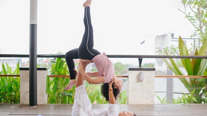 Hidup Sehat dengan Friday Yoga di Lighthouse Rooftop Aston Kuta
