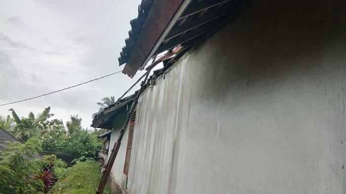 Atap Rumah Jro Mangku Wesning Hancur Diterjang Angin Kencang & Hujan Lebat, Seisi Rumah Terendam Air