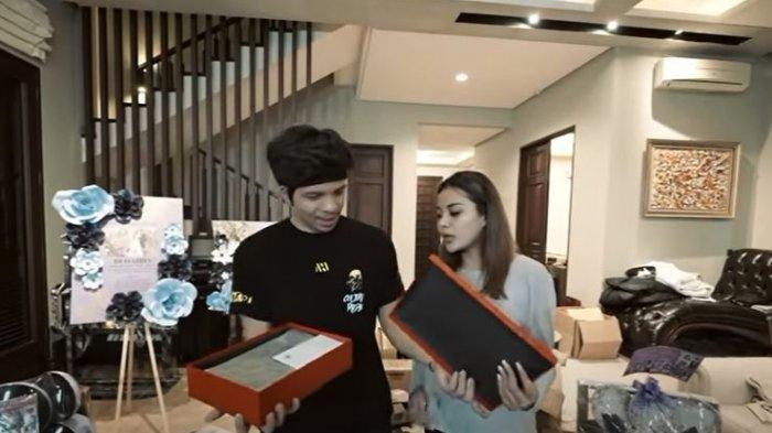 Momen Atta dan Aurel Buka Kado Pernikahan dari Jokowi dan Iriana, Batik Tulis untuk Baju Couple