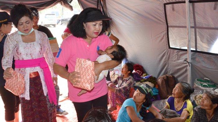 Datangi Pengungsi Gunung Agung, Ayu Pastika Bantu Bahan Makanan