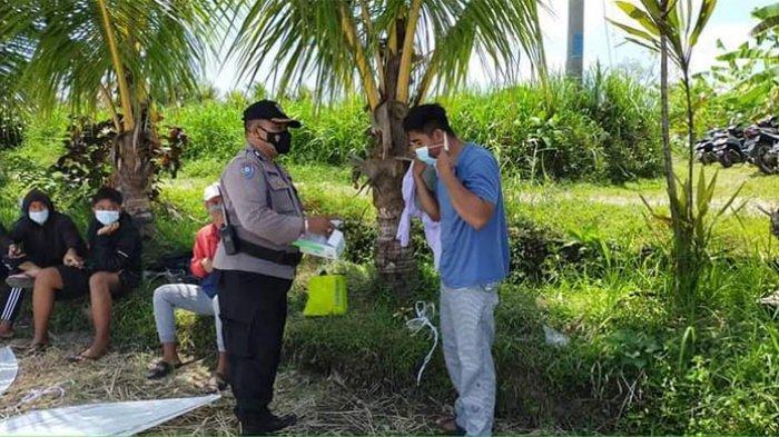 Tekan Penyebaran Covid-19, Bhabinkamtibmas Singakerta Gianyar Ajak Warga Taati Prokes
