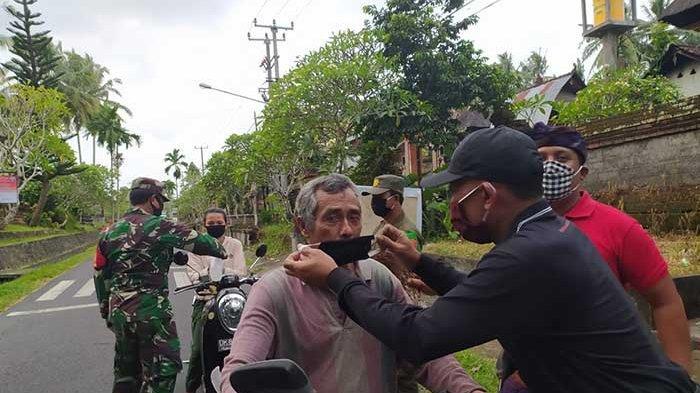 Koramil 1611-05/Abiansemal Berikan Masker Gratis ke Warga dan Sosialisasikan Pencegahan Covid-19
