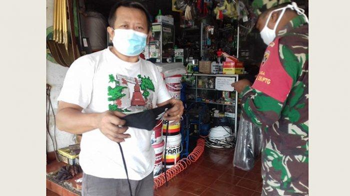 Dukung Pengendalian Covid-19, Babinsa di Bali Bagi-Bagi Masker kepada Warga