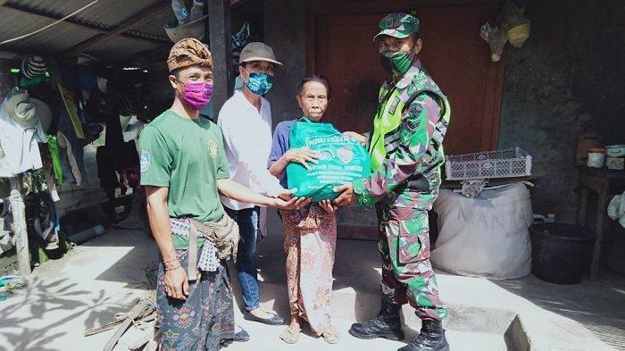 BabinsaNusa PenidaBagikan Sembako Bantuan Pangdam IX/Udayana untuk Warga