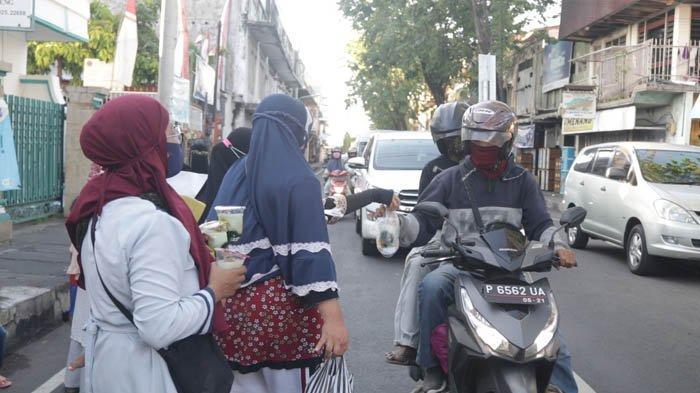Majelis Taklim Sahabat Jannah Singaraja Bali Bagikan Takjil Gratis untuk Pengendara