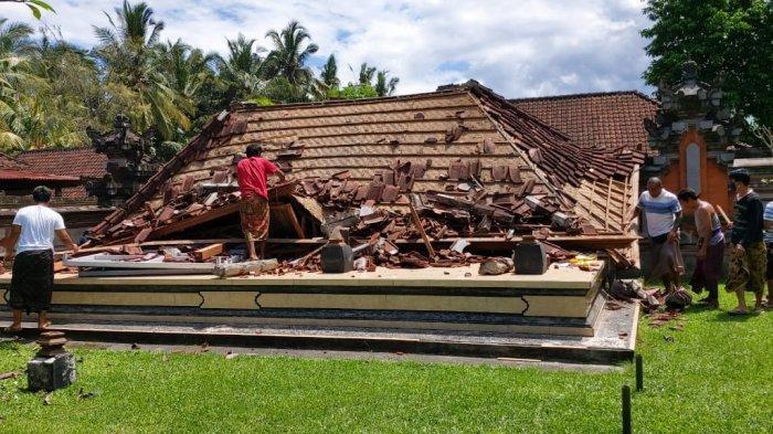 Angin Kencang Robohkan Bale Pesantian di Pura Dalem Alit Desa Sayan Gianyar