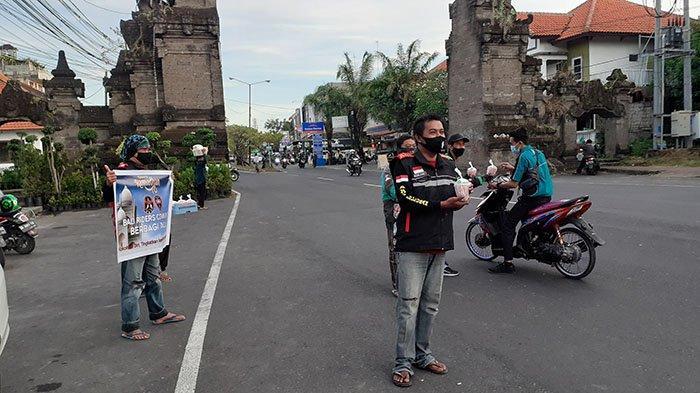 Bantu Sesama, Bali Riders Community Bagi-bagi Takjil di Jimbaran Badung