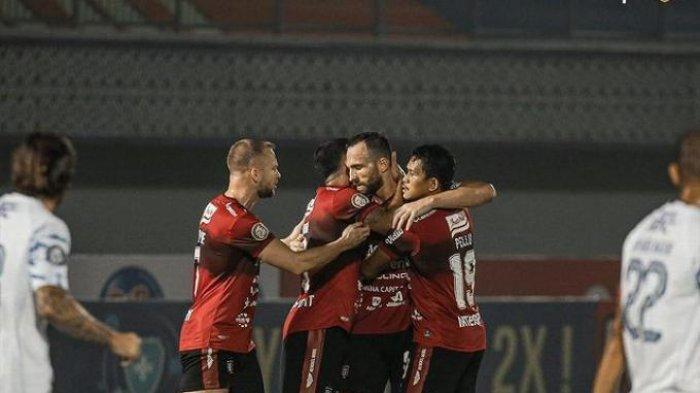 Selebrasi pemain Bali United setelah membobol gawang Persib Bandung yang berakhir dengan skor 2-2 dalam lanjutan pekan ketiga BRI Liga 1 2021 di Stadion Indomilk.