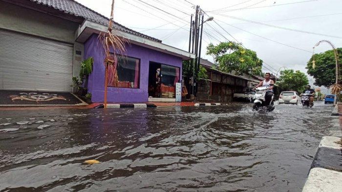 Banjir di Jalan Kecubung, Denpasar, Bali, Sabtu (10/10/2020)