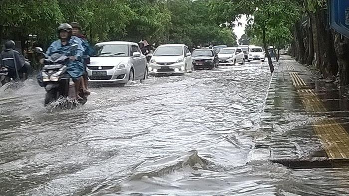 PARADE FOTO Banjir di Pulau Bali, Netizen: Waturenggong Banjir, Padahal  Gorong-gorong Baru - Halaman all - Tribun Bali