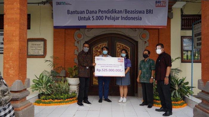 Bank BRI Kantor Wilayah Denpasar menyerahkan dana bantuan pendidikan (beasiswa) kepada 5.000 pelajar secara simbolis, Jumat (2/10/2020).