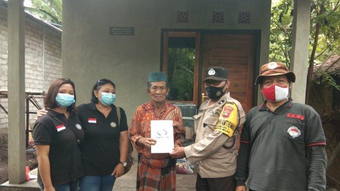 Bantuan bedah rumah Komunitas Relawan Jembrana ke kakek Rajak di Desa Sumbersari Kecamatan Melaya, Minggu 31 Januari 2021.