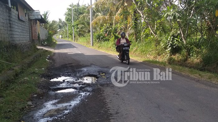 Awas, Banyak Lubang Membahayakan di Jalan Ratna Gianyar