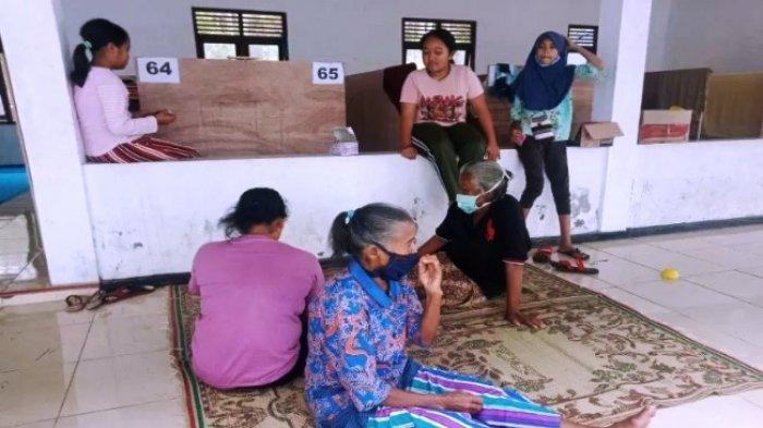 Barak pengungsian tanggap darurat bencana erupsi Gunung Merapi di Kalurahan Glagaharjo, Cangkringan Sleman.