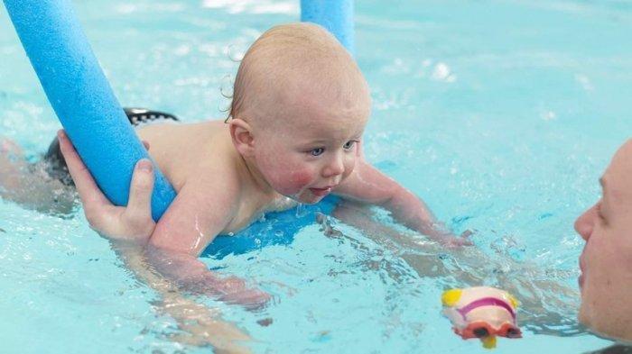 Benarkah Bayi Sudah Punya Kemampuan Berenang Sejak Dilahirkan?