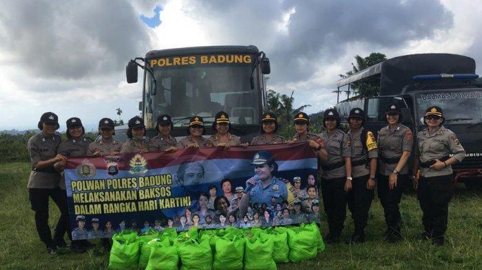 Polwan Polda Bali dan Polres BadungBersihkan Areal Wantilan Desa Bebandem