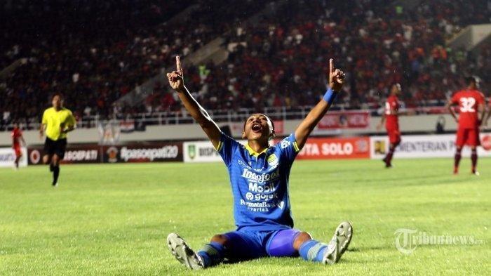Pemain Persib Bandung Beckham Putra melakukan selebrasi usai membobol gawang Persis Solo saat laga uji coba di Stadion Manahan, Kota Solo, Jawa Tengah, Sabtu (15/2/2020).